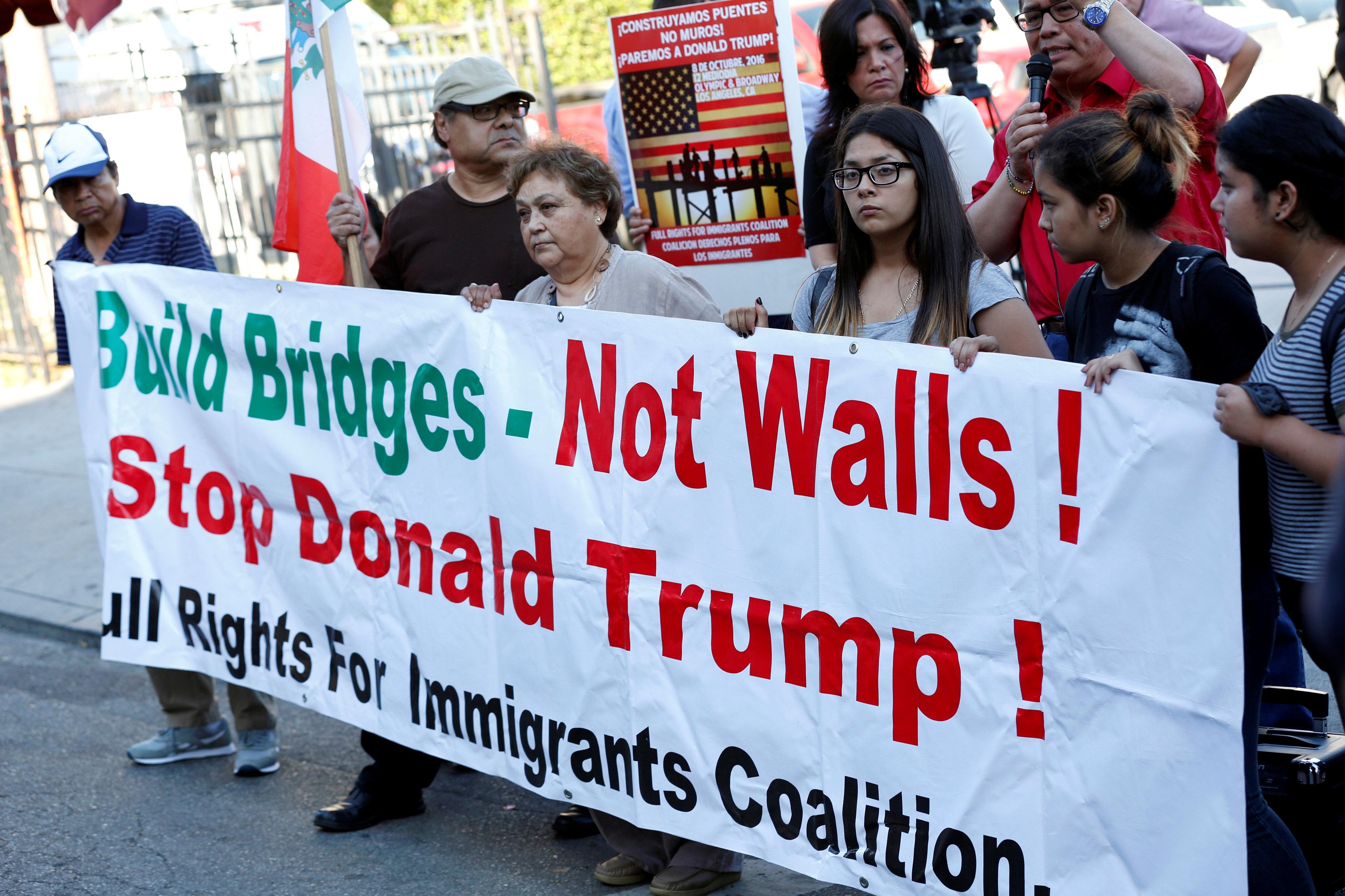 Người biểu tình tập trung trước cửa Lãnh sự quán Mexico tại California, Mỹ hôm 31/8 để phản đối đề xuất xây tường dọc biên giới hai nước của ông Trump (Ảnh: Reuters)