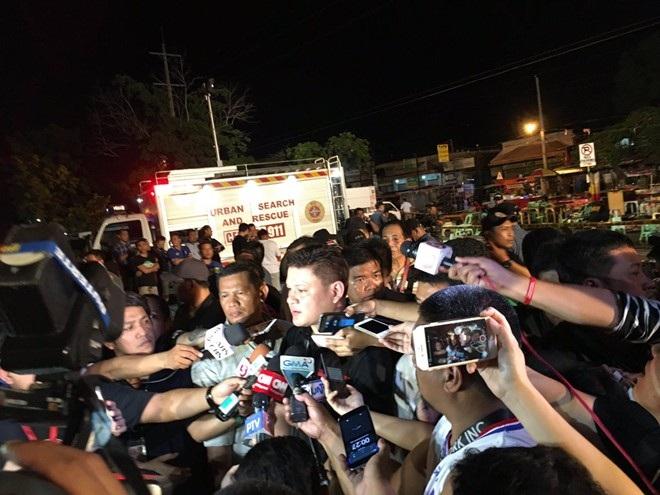 Phó thị trưởng Davao Paolo Duterte, con trai Tổng thống Rodrigo Duterte, cũng có mặt tại hiện trường, kêu gọi người dân mau chóng về nhà và yêu cầu đóng cửa các quán bar.