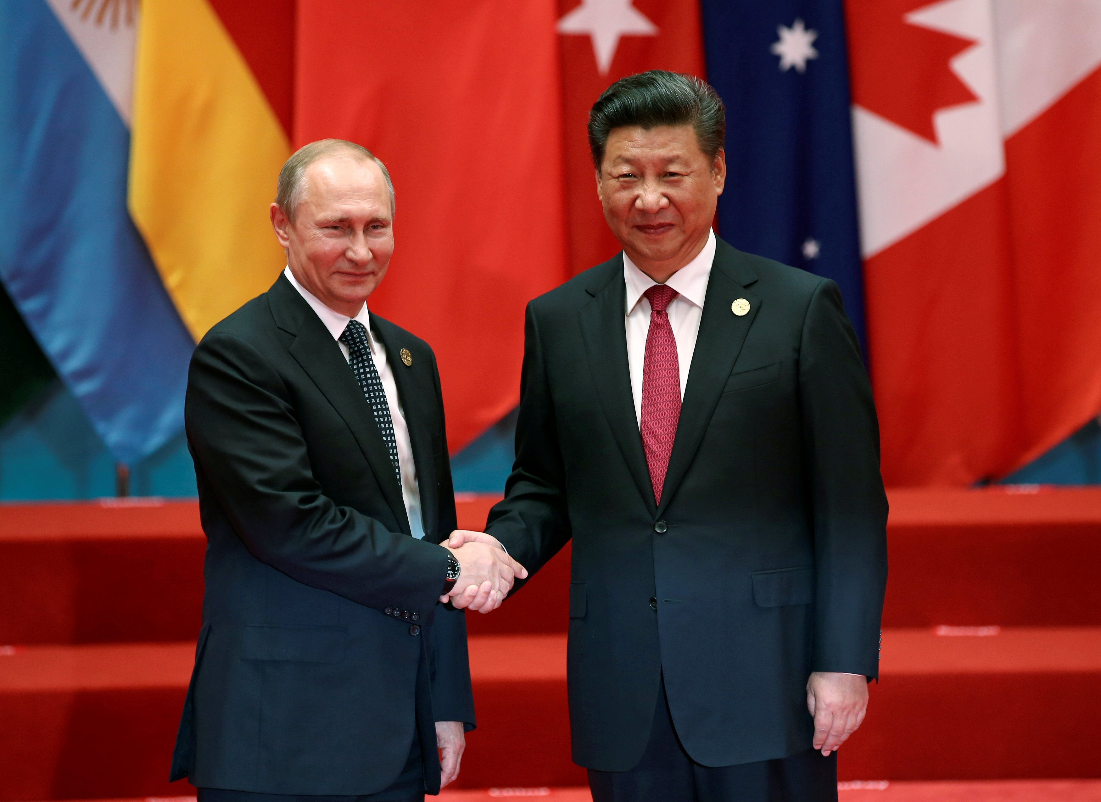 Tổng thống Nga Vladimir Putin (trái) và Chủ tịch Trung Quốc Tập Cận Bình tại Hàng Châu (Ảnh: Reuters)