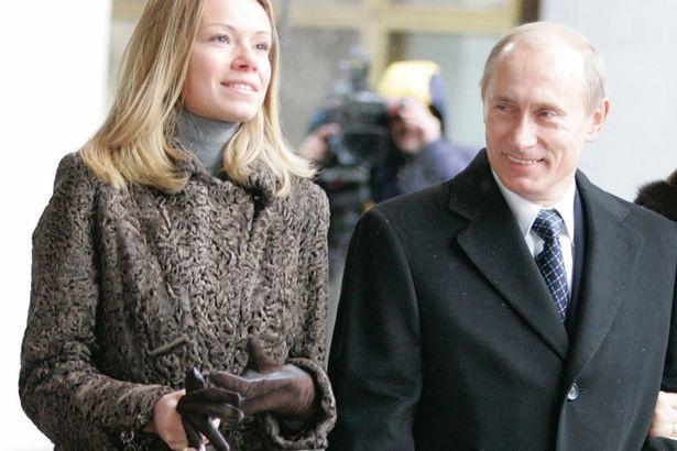 Tổng thống Nga Vladimir Putin và Maria - con gái cả của ông. (Ảnh: Mirror)