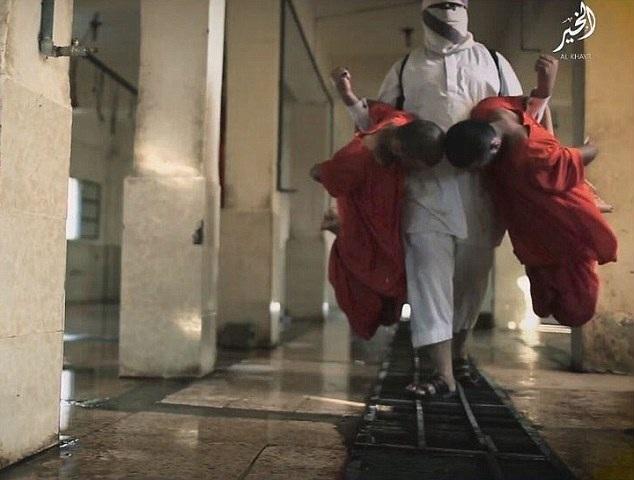 Đao phủ áo trắng đưa các tù binh đi hành quyết (Ảnh: DM)