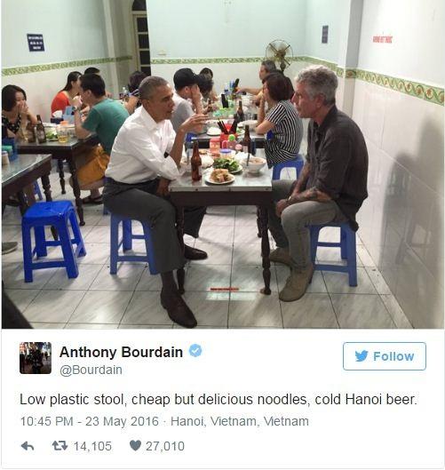 Đầu bếp Anthony Bourdain đăng bức ảnh ngồi ăn tối cùng Tổng thống Obama lên trang Twitter cá nhân (Ảnh chụp màn hình)