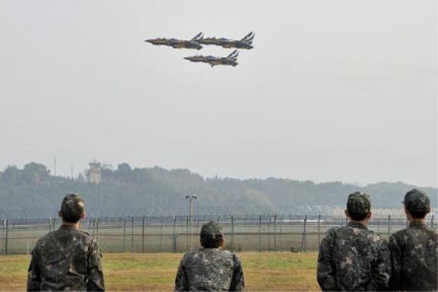 Các may bay của Không quân Hàn Quốc cất cánh từ căn cứ Cheongju (Ảnh: AFP)