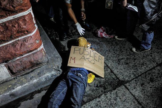 Nghi phạm buôn bán ma túy bị bắn chết ngay trên đường phố Philippines (Ảnh: Mirror)