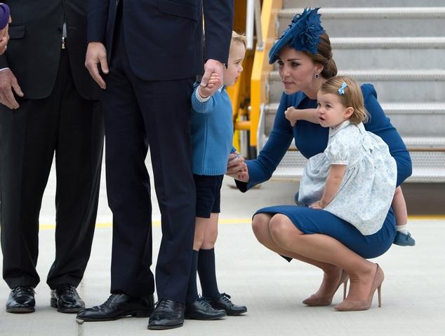 Ban đầu, hai thành viên nhỏ tuổi của Hoàng gia Anh tỏ ra bỡ ngỡ và rụt rè khi bước xuống sân bay ở thành phố Victoria, tỉnh British Columbia, Canada. Sau đó, công chúa và hoàng tử nhí trở nên vui vẻ hơn và vẫy tay chào mọi người. (Ảnh: Reuters)