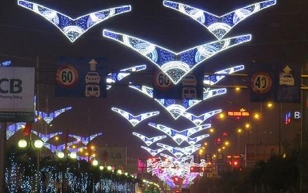Công trình hệ thống đèn LED 15 tỷ sáng rực rỡ trong dịp Tết Nguyên đán 2015. Trong ảnh là biểu tượng cánh chim Hải âu, bị đánh giá là phản cảm.