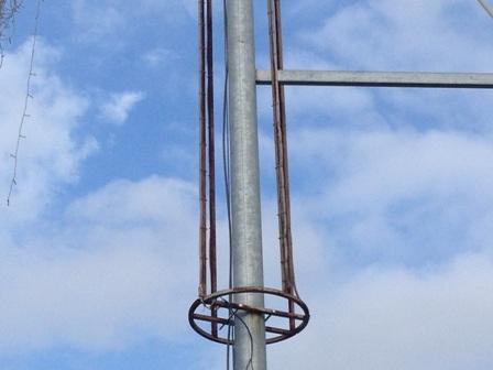 Những chiếc cột sắt trên đường được cho là đầu tư quy mô, vật liệu tốt, nay bắt đầu gỉ sét.