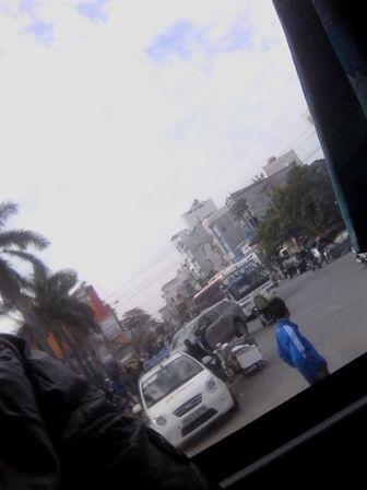 Đối tượng áo xanh đứng chặn xe khách của các hãng khác để các xe sau được bắt khách, vượt lên.