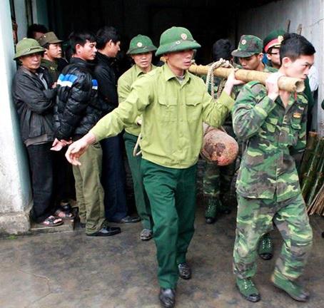 Cơ quan chức năng tiếp nhận 3 quả bom từ cơ sở thu mua sắt vụn (Ảnh: Bộ Chỉ huy quân sự Hải Phòng).