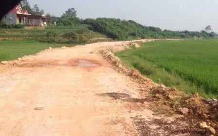 Con đường do dân hiến đất, doanh nghiệp tự nguyện hỗ trợ kinh phí, khá nhếch nhác nhưng lại bị thu phí.