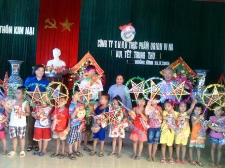 Hơn 400 quà gồm bánh kẹo, đồ chơi với tổng trị giá 28 triệu đồng đến với trẻ em tại hai huyện Quảng Ninh và huyện Lệ Thủy.