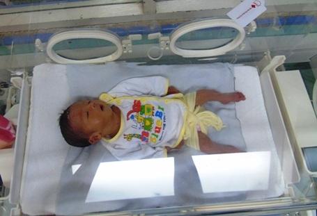 Mới sinh ra, bé Tuấn Kiệt đã mồ côi mẹ. Giờ đây, em đang được chăm sóc trong lồng kính, sức khỏe còn yếu,chỉ nặng 2kg vànghi bị tim bẩm sinh