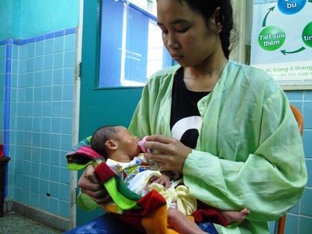 Mẹ mất nên Hương và bà nội ngày ngày phải đi xin sữa khắp nơi đểnuôi em hơn nửa tháng tuổi ở bệnh viện