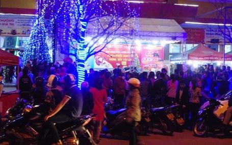Tại một số cửa hàng cũng tổ chức chương văn nghệ chào đón đêm Noel