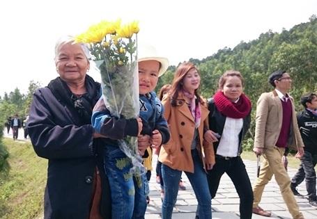 Cụ Hoàng Thị Dung bồng theo cháu nhỏ đến viếng mộ Đại tướng Võ Nguyên Giáp