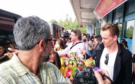 Nhiều fan vây Tom Hiddleston để chụp hình lưu niệm