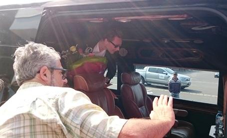 Dù tài tử Tom Hiddleston đã lên xe nhưng cánh phóng viên và các fan vẫn không rời mắt và ống kính (Ảnh: Đặng Tài)