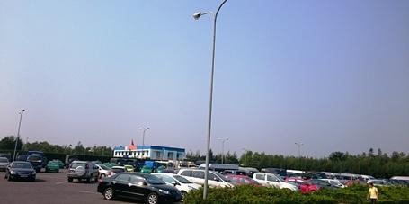 Bãi giữ xe trước cửa sân bay Đồng Hới chật kín chỗ (Ảnh: Đặng Tài)