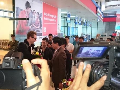 Ông Hồ An Phong tặng hoa cho tài tử Tom Hiddleston