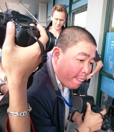 Rất nhiều phóng viên vây Tom Hiddleston để chụp ảnh