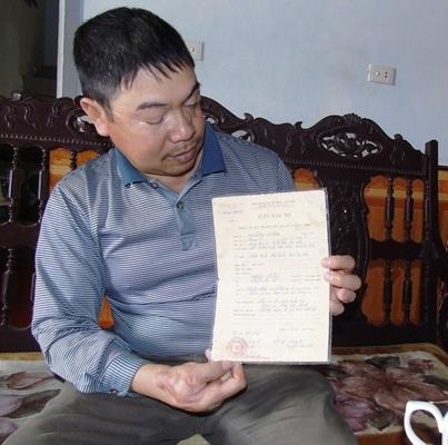 Cựu binh Nguyễn Văn Thống cầm trên tay tờ giấy báo tử của chính mình.