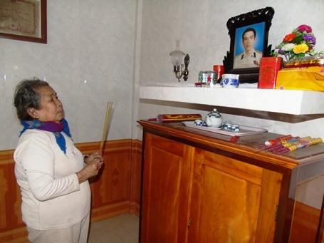 Thắp nén nhang cho con, mẹ Hồ Thị Đức bắt đầu câu chuyện với nhiều chi tiết đẫm nước mắt về Anh hùng LLVTND, liệt sỹ Trần Văn Phương