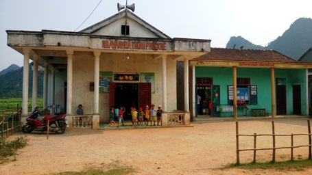 Thiếu phòng học nên các em học sinh mầm non tại xã Phúc Trạch phải học nhờ ở nhà văn hoá thôn