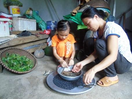 Những lúc rảnh rỗi, Kim Ngân lại phụ giúp mẹ công việc nhà