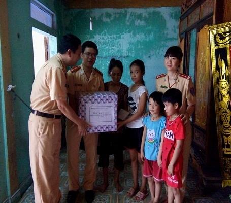 Đoàn thăm hỏi, động viên và tặng quà cho các cháu Nguyễn Thị Ngọc Hà (10 tuổi), Nguyễn Ngọc Tuân (8 tuổi) và Nguyễn Thị Hoài Thu (6 tuổi), ở thôn Đặng Lộc 1, xã Cam Thủy