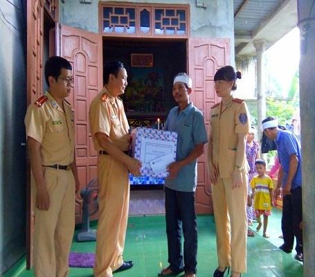 Phòng CSGT, Công an tỉnh Quảng Bình, thăm hỏi và tặng quà cho gia đình cháu Nguyễn Hoàng Hải ở thôn Tây Cổ Hiền, xã Hiền Ninh