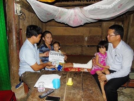 PV Dân trí thường trú tại Quảng Bình cùng đại diện chính quyền địa phương đã trực tiếp trao số tiền 62.990.000 đồng của bạn đọc gửi giúp anh Lê Văn Biên