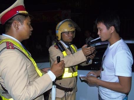 Lực lượng CSGT kiểm tra nồng độ cồn