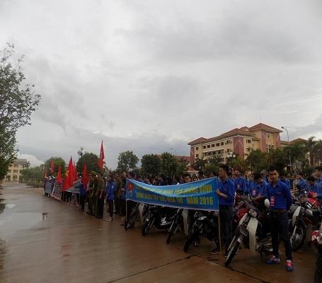 Hàng trăm tình nguyện viên có mặt từ rất sớm để tham gia lễ ra quân
