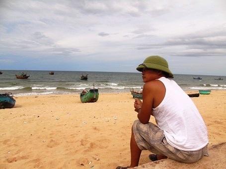 Ngư dân Hoàng Phi buồn bã nhín ra biển