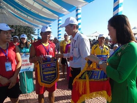 Ban tổ chức trao cờ lưu niệm cho các đội đua