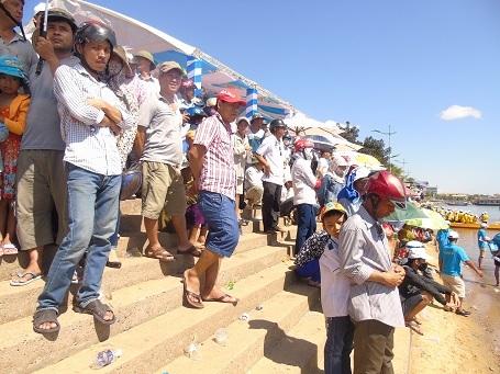 Dù nắng nóng vẫn có rất đông khán giả đến cổ vũ cho các VĐV thi đấu