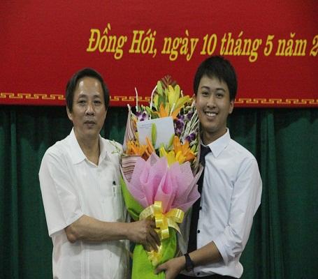Trước đó, Bí thư Tỉnh uỷ Quảng Bình, ông Hoàng Đăng Quang đã chúc mừng em Nguyễn Thế Quỳnh sau khi giành HCB Olympic Vật lý châu Á 2016