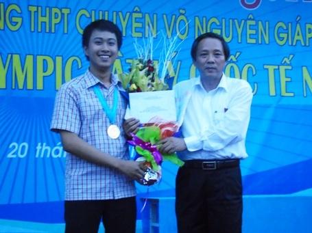 Ông Hoàng Đăng Quang, Bí thư Tỉnh ủy Quảng Bình chúc mừng và tặng hoa cho em Nguyễn Thế Quỳnh