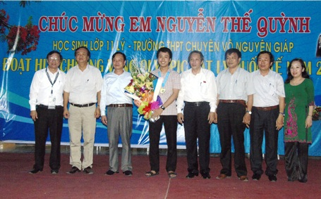 Bí thư Tỉnh ủy và Giám đốc Sở Giáo dục và Đào tạo Quảng Bình cùng các giáo viên đến chúc mừng em Nguyễn Thế Quỳnh