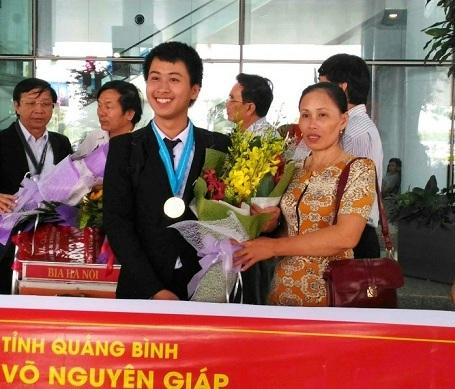 Bà Trần Thị Vi Hạnh vui mừng đón con trai trở về sau kỳ thi Olympic Vật lý Quốc tế 2016