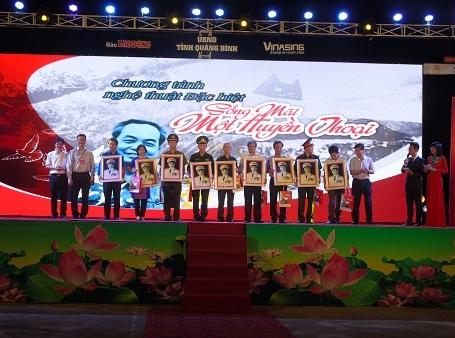 """Ban tổ chức đã trao tặng 5.000 di ảnh của Đại tướng Võ Nguyên Giáp và 5.000 ấn phẩm """"Sống mãi một huyền thoại"""""""