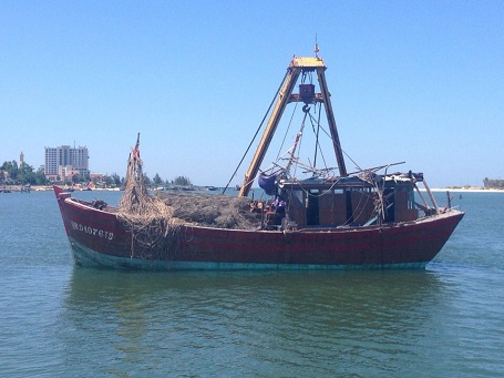 Tàu cá QB - 91076.TS đã được trục vớt thành công và đưa vào bờ an toàn