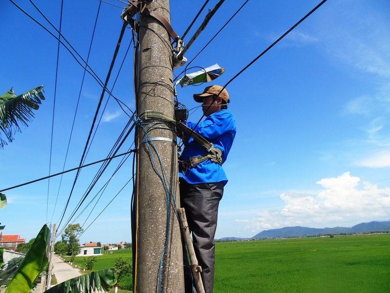 Đoàn Thanh niên Trường Đại học Quảng Bình phối hợp với Thị Đoàn Ba Đồn đã tài trợ và thực hiện lắp đặt hệ thống đèn chiếu sáng tại xã Quảng Tân