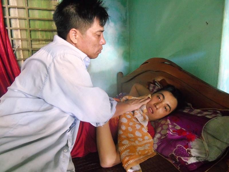 Anh Long đã chăm sóc đứa con lớn bị thiểu năng trí tuệ bẩm sinh hơn 20 năm qua