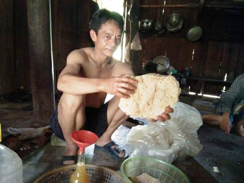Sau khi lấy mật, những mảng thơờng này cũng được bán với giá 100 ngàn đồng/kg