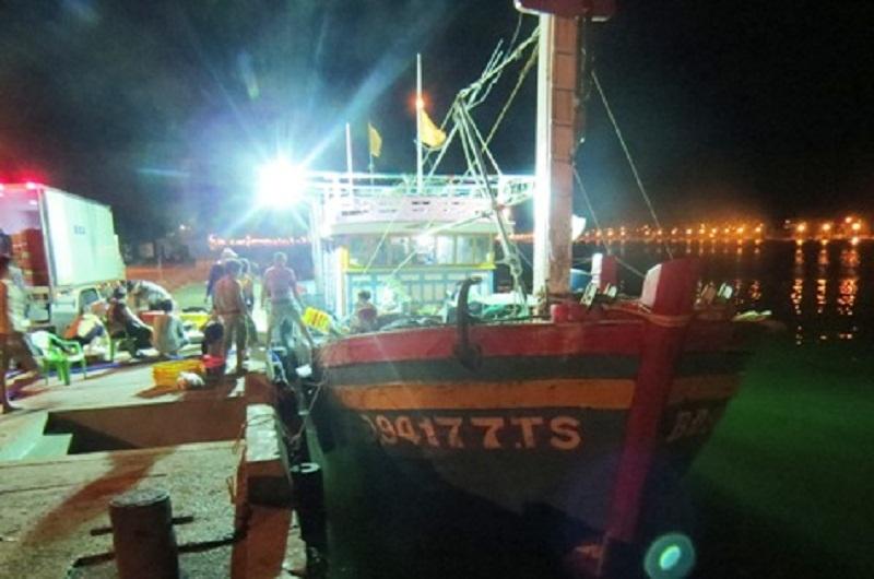 Tàu cá thoát khỏi vùng mắc cạn và cập cảng Nhật Lệ