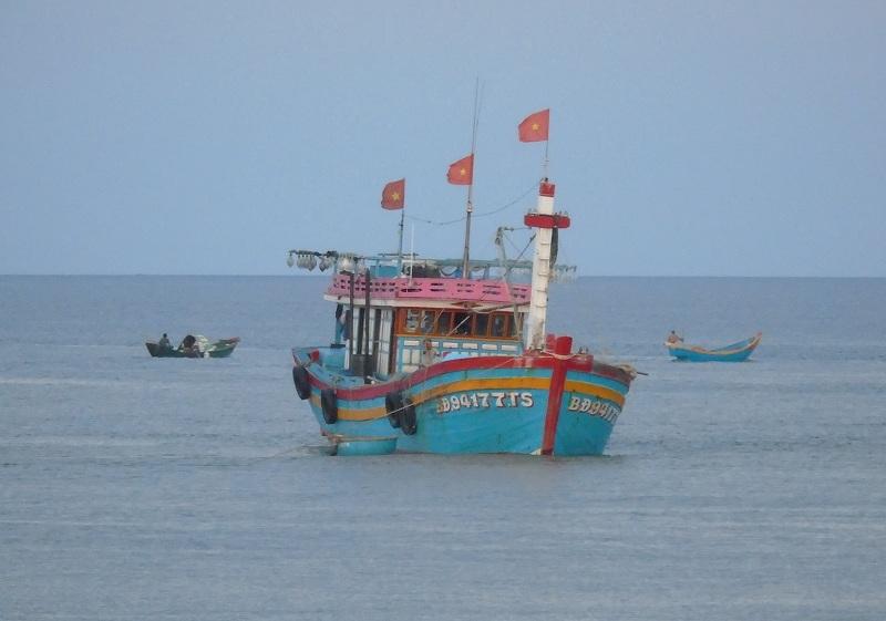 Tàu cá mang số hiệu BĐ 94177 TS bị mắc cạn tại cửa biển Nhật Lệ