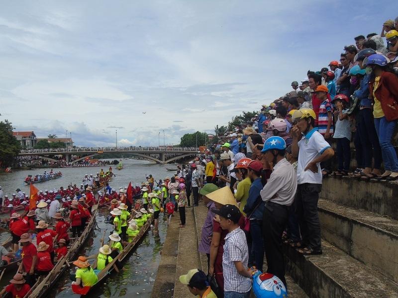 Rất đông người dân địa phương đã đến cổ vũ cho các đội đua thi đấu
