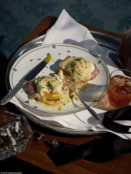 """Món trứng Benedict trong """"Man With The Golden Gun"""" (Sát thủ với khẩu súng vàng). Bên cạnh bữa ăn là những chiếc khuy măng-sét lịch lãm của quý ông."""
