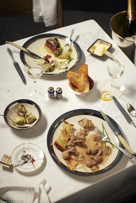 """Thận nướng xào lăn ăn với khoai tây chiên. Ở đầu kia của bàn là món thịt bò sốt atisô trong """"Casino Royal"""" (Sòng bạc Hoàng gia)."""